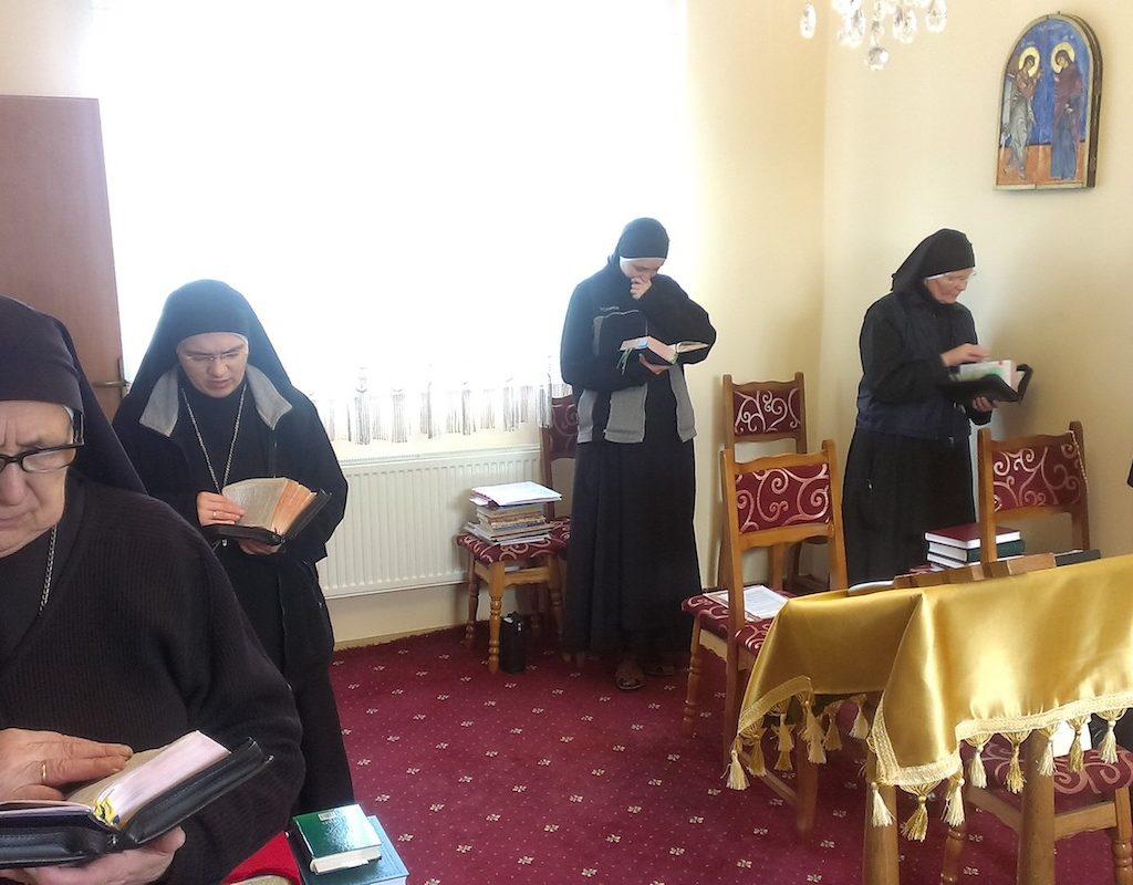 у каплиці монастиря